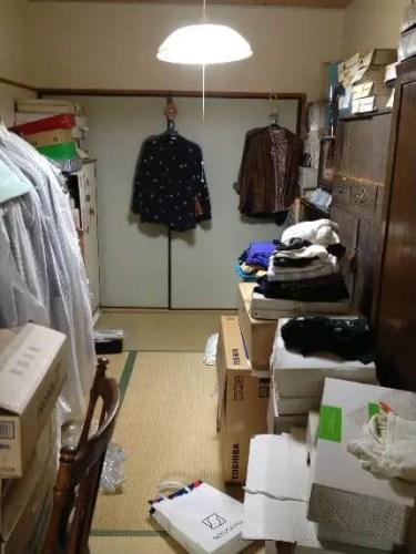 洋服部屋は導線がわずかで、ほとんど衣類の状態。