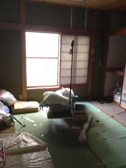 空き家となり埃っぽい2階の寝室