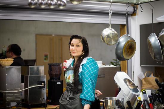 Jasmin Hedman työpaikallaan. Romaninuori-kuvasarjassa nuoret romanit kertovat elämästään ja unelmistaan.