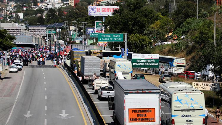"""""""Advertimos que se veía venir"""": Socavón en una autopista mexicana recién ampliada deja dos muertos"""