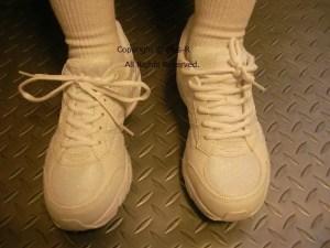 靴の履き方が違うから見た目も違う。どっちの履き方が足と体に良いと思いますか?