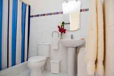 IIC Sosua Accommodation School Studio_bathroom ST