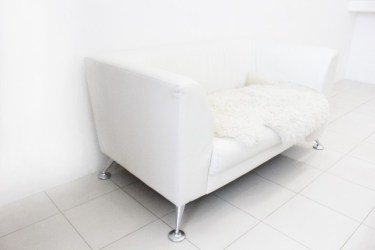 白いソファーに汚れが!!白色家具の汚れ落としや掃除方法