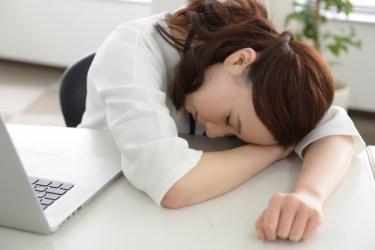 短時間のお昼寝で効率アップ!机でも使える睡眠グッズとは