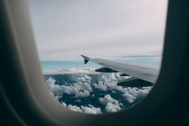 飛行機の中でぐっすり眠るためのコツと快眠グッズのご紹介!