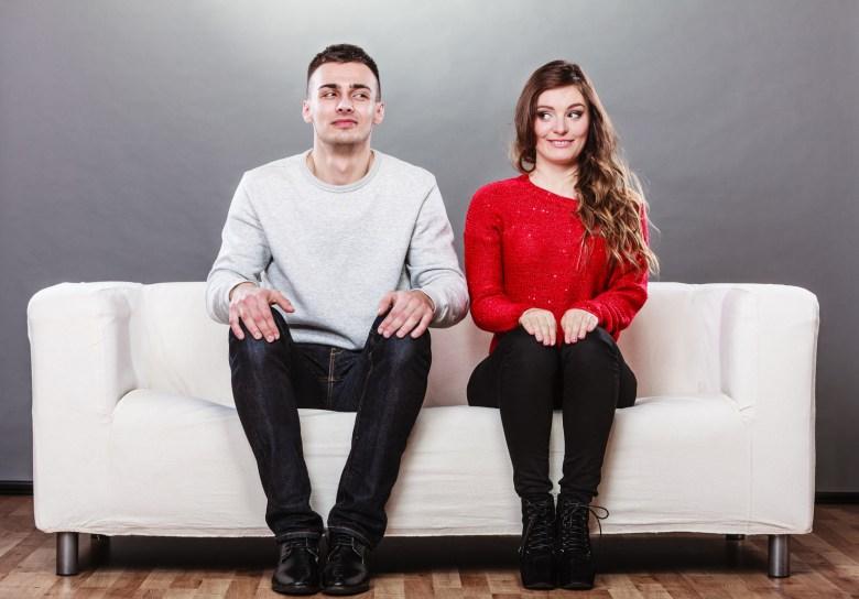 Парень-интроверт на диване с девушкой-экстравертом