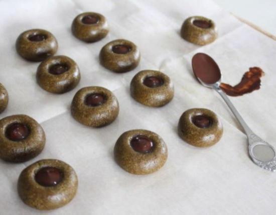 Чайной ложкой влейте расплавленный шоколад в подготовленные на финиковых конфетах углубления