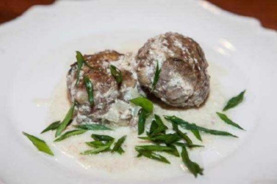 Мясные биточки с грибами под соусом из сметаны