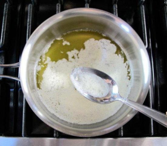 С поверхности растопленного жира удалите белую пену