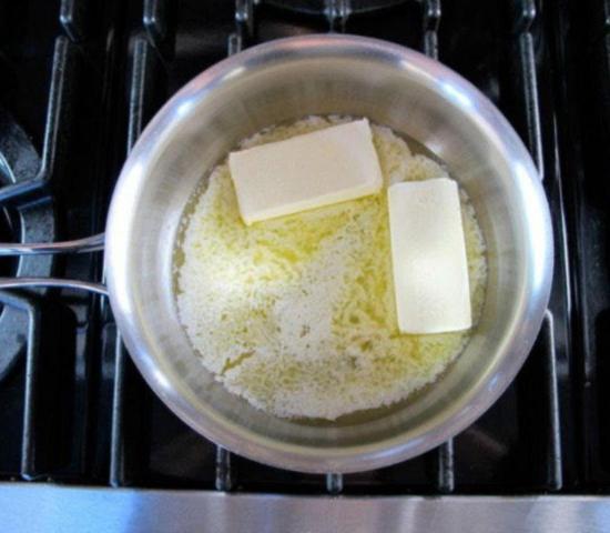 Разрезанное на бруски масло опускаем в кастрюлю и медленно растапливаем