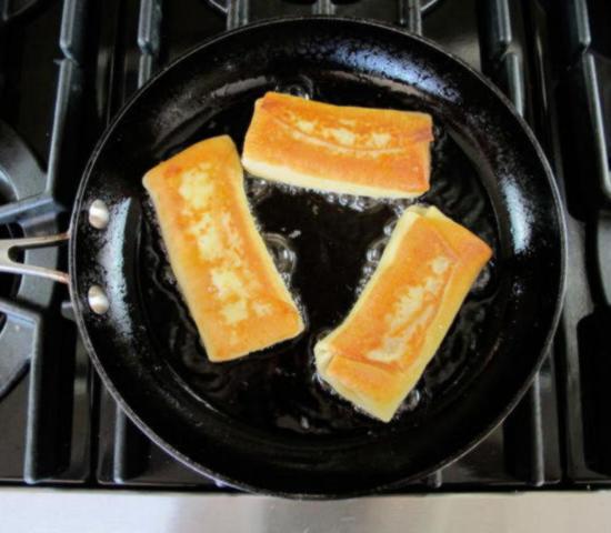 Переверните блинчики с сырной начинкой и обжарьте со второй стороны