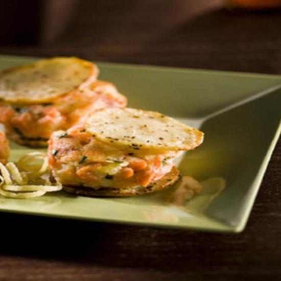 Котлеты из лосося и картофеля на картофельных чипсах