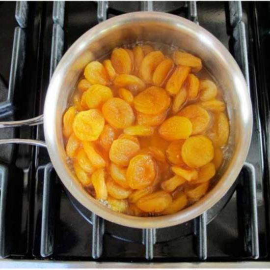 Смешайте в кастрюле абрикосы сахар и апельсиновый сок для