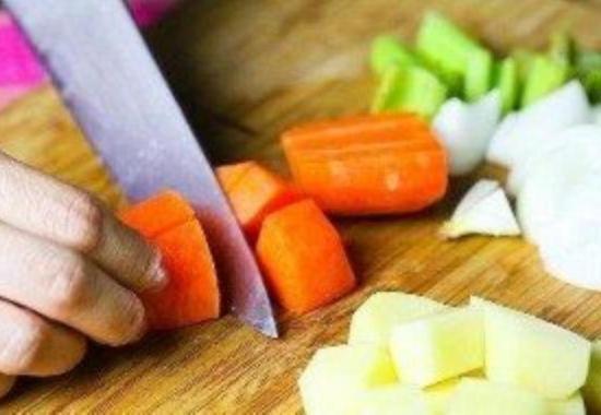 Нарежьте овощи для рагу