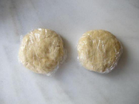 Плотно обмотайте тесто пищевой плёнкой