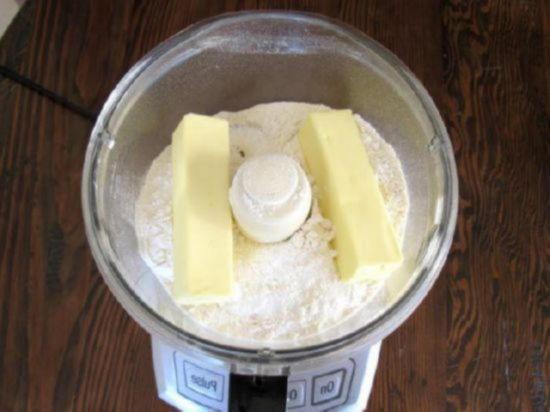 Сливочное масло положите в кухонный процессор