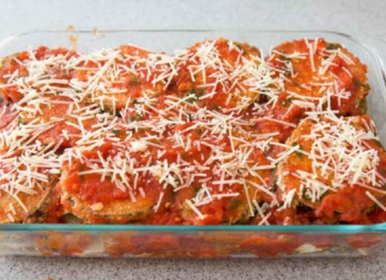 Zalejte-tomatno-chesnochnym-sousom-i-posypte-natertym-parmezanom