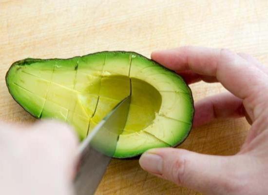 Сделайте перекрестные разрезы в мякоти авокадо