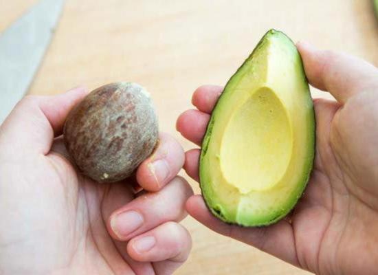 Пальцами выкрутите косточку из авокадо