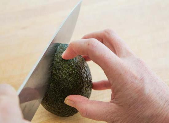 Сделайте продольный круговой разрез вдоль косточки авокадо