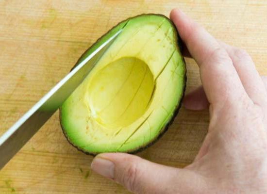 Разрежьте мякоть плода авокадо на дольки