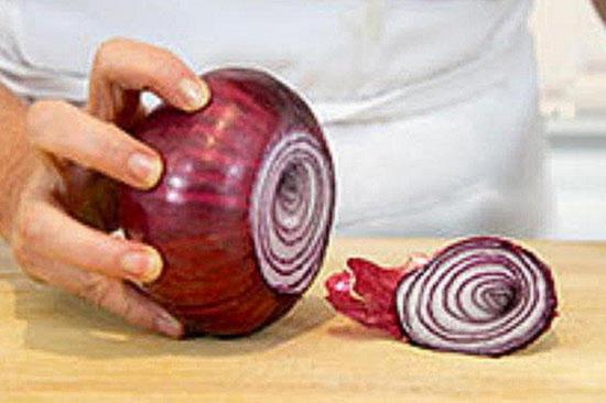 Отрежьте от луковицы стебель