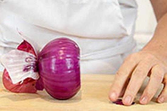 Установите лук срезом на разделочную доску