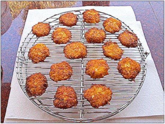 Выложите готовые картофельные драники на проволочную стойку