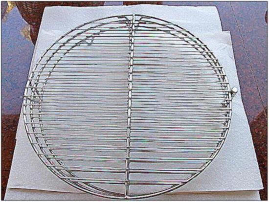 картофельные драниПодготовьте проволочную сетку для удаления с картофельных драников излишков жираки рецепт с фото
