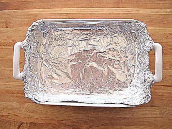 Застелите дно формы для запекания алюминиевой фольгой