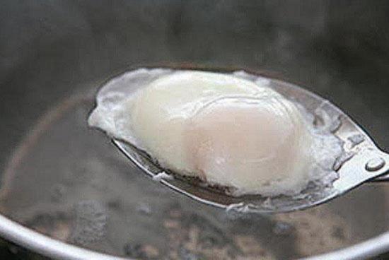 Выньте приготовленное яичко шумовкой
