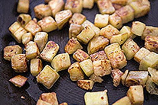 выньте баклажаны из сковороды в подготовленную миску