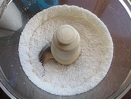 Пробейте высушенную кокосовую мякоть в блендере