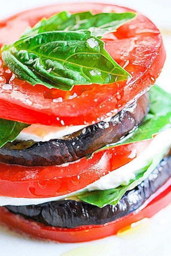 Легкая средиземноморская закуска из жареных на гриле баклажанов, моцареллы, томатов и свежего базилика