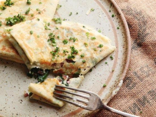французские тонкие блинчики со шпинатом и сыром фета