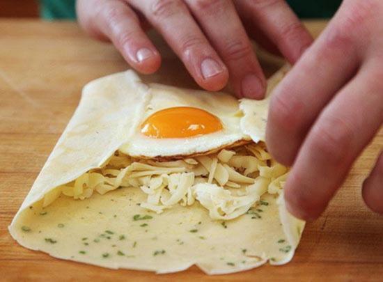 Наполните блинчики начинкой и осторожно перенесите в разогретую сковороду