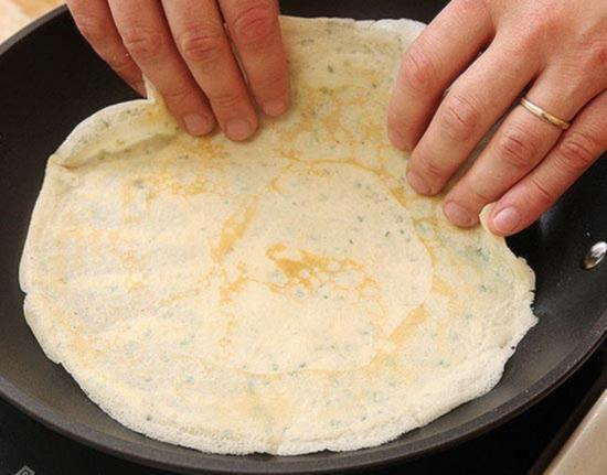 возьмите блинчик пальцами обеих рук и аккуратно уложите обратно в сковороду