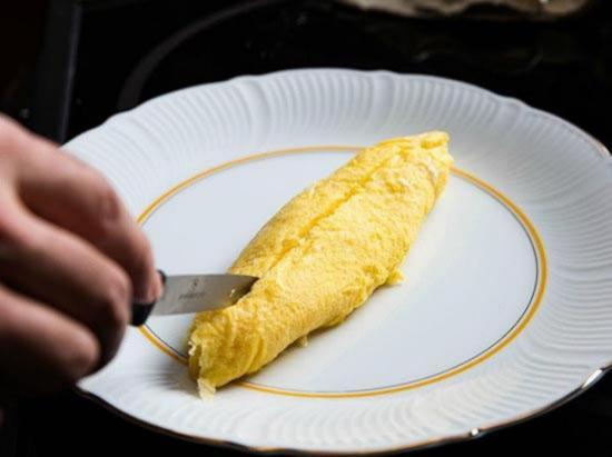 sdelajte prodolnyj razrez na omlete