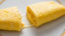 Теплая расплавленная сырная масса вытекающая из сердцевины омлета