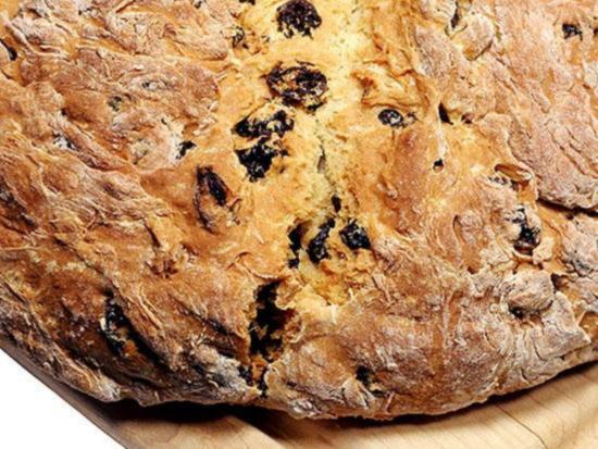 Irlandskij sodovyj hleb s orekhami i izyumom