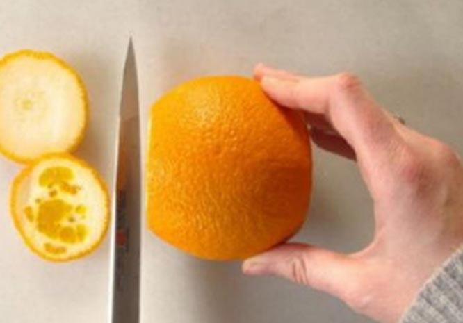 Srezhte torcy apelsina i vybroste ih