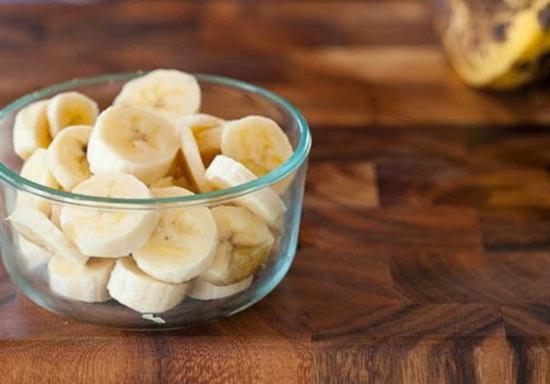 slozhite narezannye banany v germetichnyj kontejner