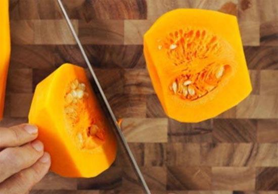 razrezhte polovinku tykvy soderzhashchuyu semena na dve polovinki