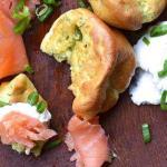Йоркширский пудинг с копченым лососем зеленью и соусом из хрена