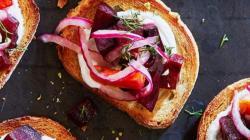 Кростини со свеклой красным луком болгарским перцем и сметаной