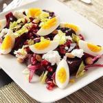 Салат из запеченной свеклы с козьим сыром яйцами миндалем и зернами граната