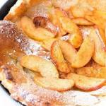 Сладкий голландский блин с жареными яблоками корицей и кардамоном