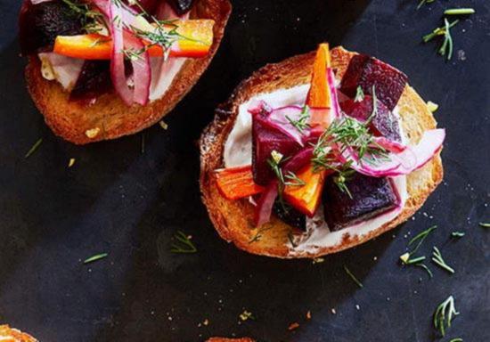 Zapechyonnaya svekla, marinovannyj luk i svezhij ukrop na kusochke horosho prozharennogo tosta