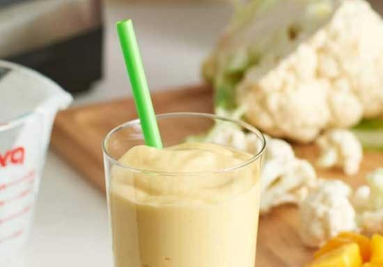 Смузи из кокосового молока манго и цветной капусты