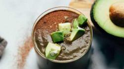 Шоколадный смузи на кокосовом молоке с авокадо и листьями мангольда